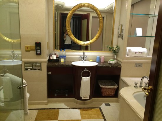 Dynasty International Hotel: Bathroom on 9th floor