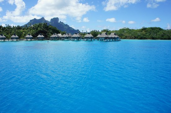Conrad Bora Bora Nui: ボートから水上ヴィラを臨む。