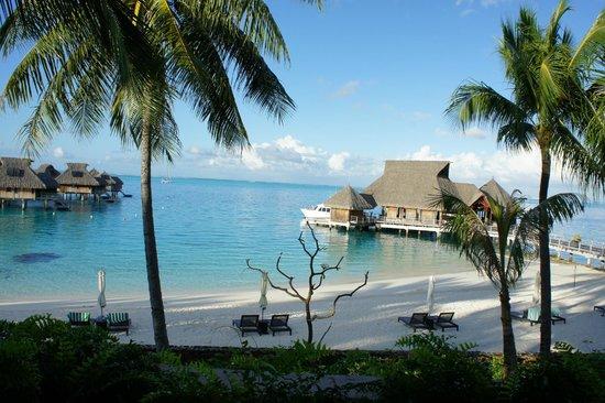 Hilton Bora Bora Nui Resort & Spa: 朝食会場からレセプション・ビーチを臨む。
