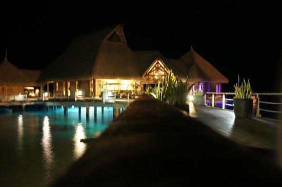 Conrad Bora Bora Nui : メインレセプション。夜はライトアップされます。