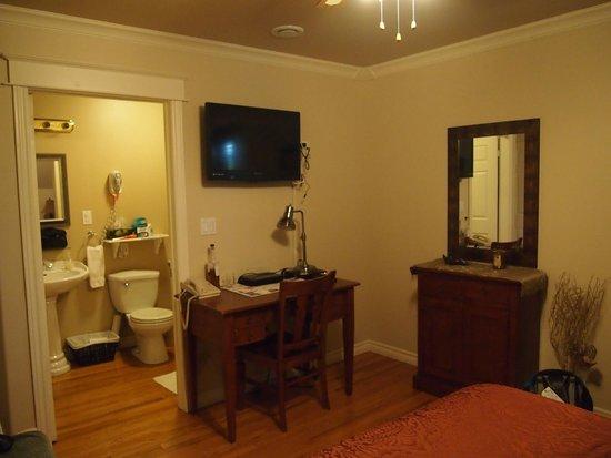 "Carriage House Inn: ""Dandy"" room"
