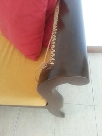 The Tamarind Tree Hotel : poor maintenance- broken sofa