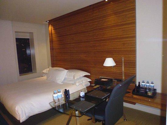 Hilton Sydney: desk, bed