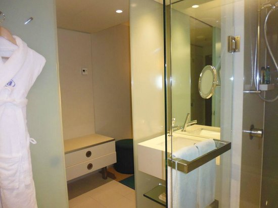 Hilton Sydney: bathroom to hall and minibar area