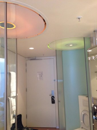 citizenM Schiphol Airport : Light changes and the funk shower in the bathroom
