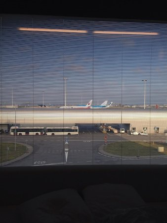 citizenM Schiphol Airport : Watching the aeroplane taking off and landing