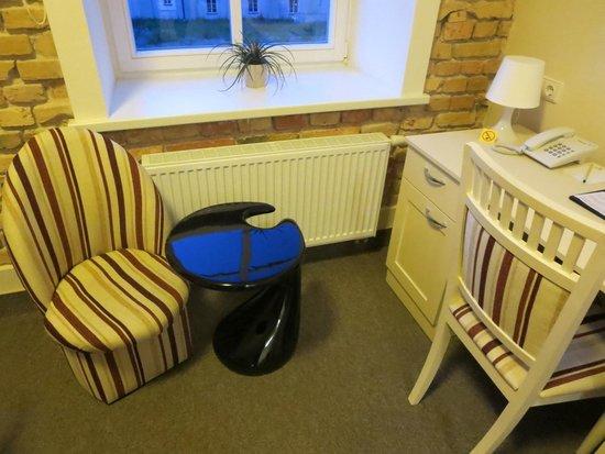 Moon Garden Art Hotel: 椅子やデスク