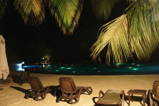 Manava Suite Resort Tahiti: 夜のプール。先の真っ暗な場所は海です。