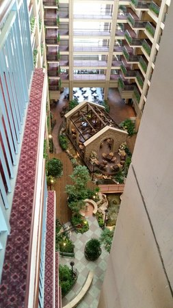 Embassy Suites by Hilton Chicago - Lombard/Oak Brook: Mandatory down-the-atrium shot (does literally everyone who posts pictures take one of these?)