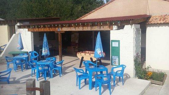 Camping du Lac de Nabeillou : terrasse et bar à côté de la piscine