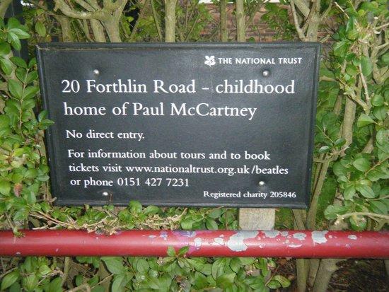 20 Forthlin Road - La casa de McCartney: Информационная табличка возле дома