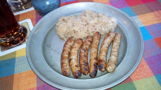 Bratwursthäusle: Comme au Moyen-Age, dans une assiette d'étain, les fameuses saucisses et la choucroute presque c