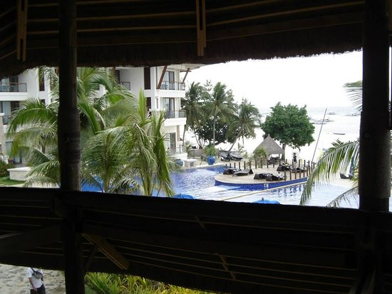 The Bellevue Resort Bohol: garden and restaurant