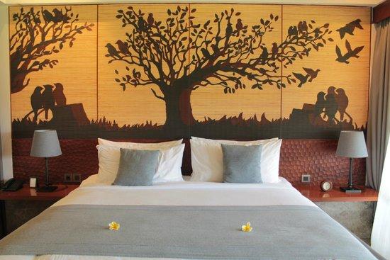 Alaya Resort Ubud: My big bed with decorative wall