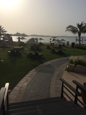 The Westin Dubai Mina Seyahi Beach Resort & Marina: Sun loungers on the grass leading to the beach