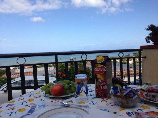 Colazione sulla terrazza vista mare - Picture of L\'Ancora ...