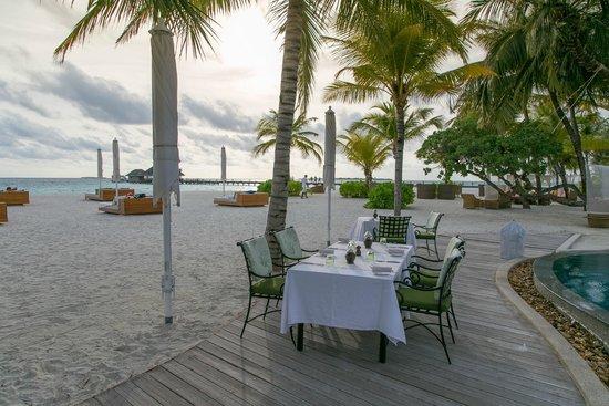 Kanuhura : Tables en bord de piscine & plage