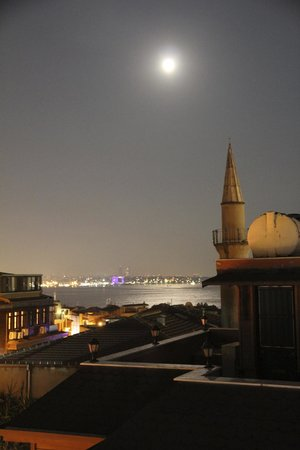 Dersaadet Hotel Istanbul: Moonlit night (with some zooming and cropping)