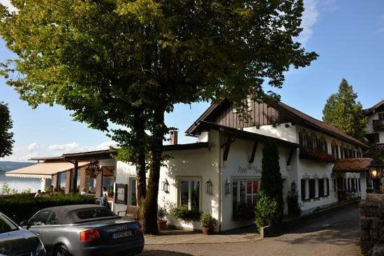 Grauer Bar Cafe Restaurant: с парковки