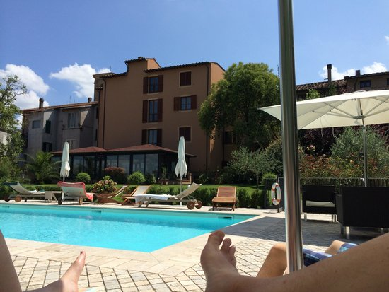 Hotel Al Grappolo d'Oro: Hotel pictured from the pool