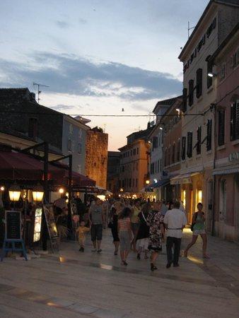 Porec Old Town: вечером в городе