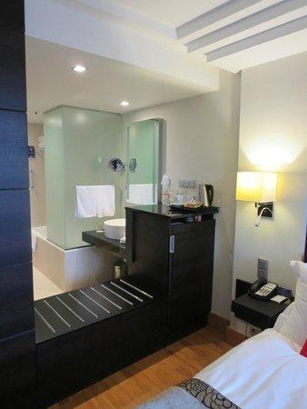 Radisson Blu Elizabete Hotel : ベッドからのバスルーム側