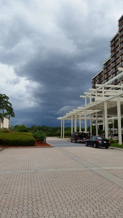 Hyatt Regency Grand Cypress : rainy day in orlando. in valet parking area