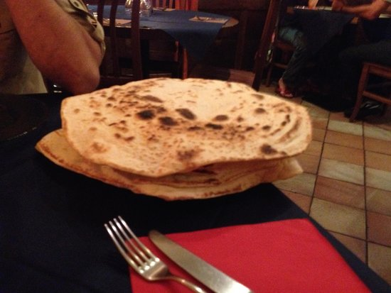 Fairouz: Pane servito con gli antipasti