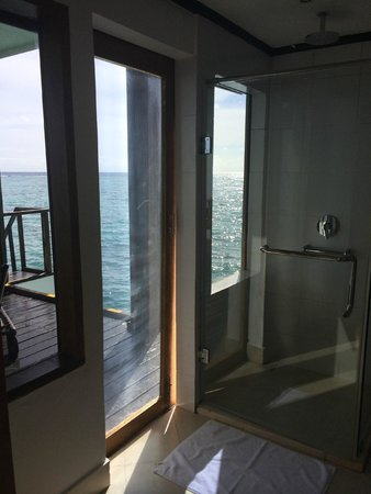 Adaaran Club Rannalhi : Bathroom with ocean view