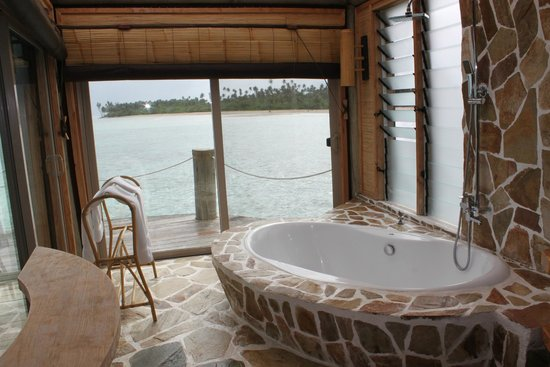 Coconuts Beach Club: bathroom overwater fale
