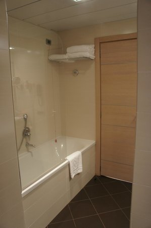 iQ Hotel Roma: Seperate bath and Shower