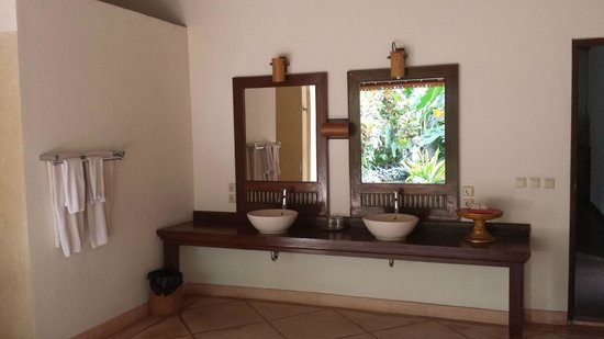 Villa Taman di Blayu: Semi outdoor bathroom