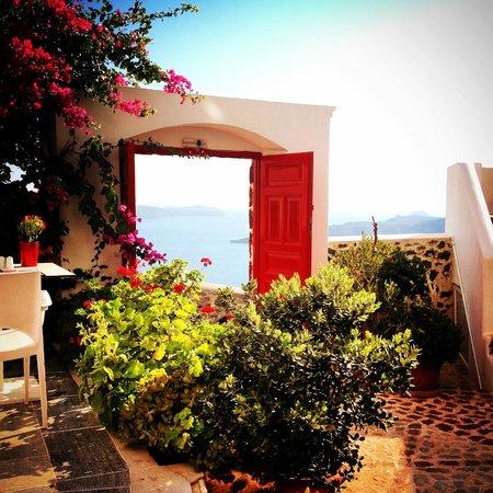 Aigialos Hotel: Entrada y vistas a la Caldera