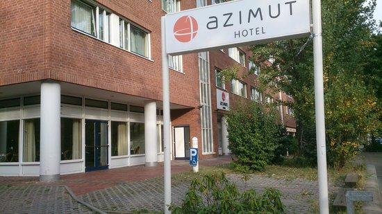 AZIMUT Hotel City South Berlin: Blick von Aussen auf den Frühstückssaal und Hoteleingang