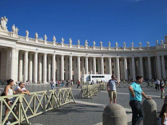 Petersplatz (Piazza San Pietro): 4本ずつ見えます