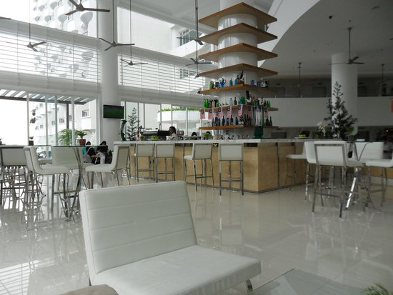 Flamingo Hotel by the Beach, Penang: cpmfortable drinks area overlooking pool