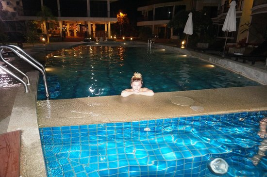 Anjungan Beach Resort & Spa: Вечерняя подсветка бассейна