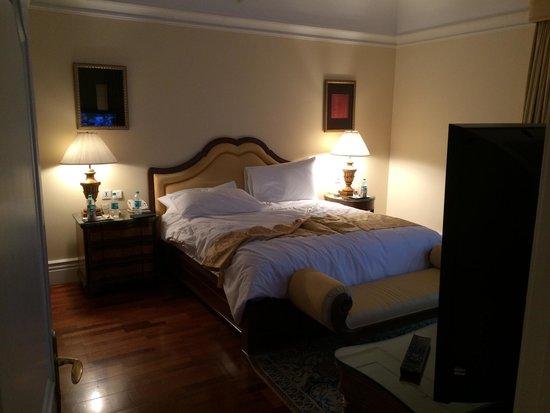 The Leela Palace Bengaluru: Bedroom