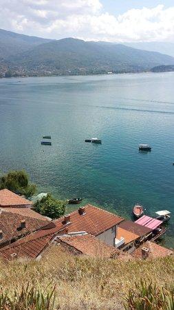 St. Jovan Kaneo: Het meer van Ohrid vanaf het oude dorp
