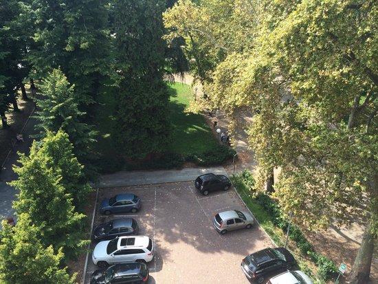 Mercure Reggio Emilia Centro Astoria: Il parcheggio esterno adiacente al bellissimo parco naturale.
