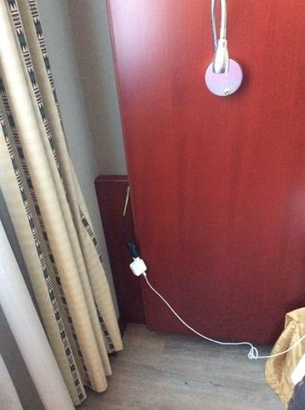 NH Palermo: cable hanging in the room