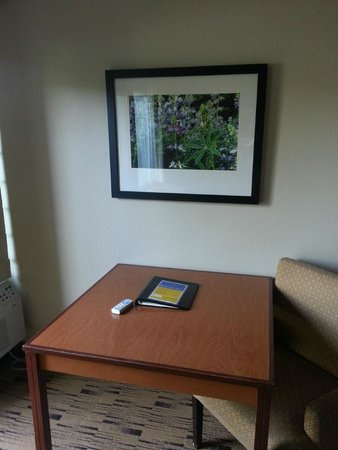 Best Western Plus Hood River Inn : small table and chair