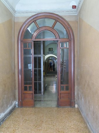 Meltin' Rome Guesthouse: Inside the main door