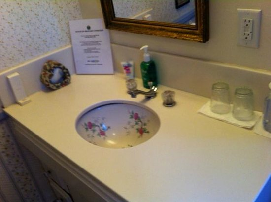 Old Yacht Club Inn Vacation Rentals: Vintage sink and wall covering