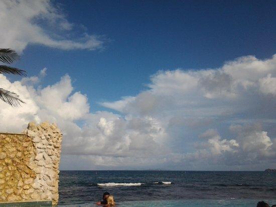 Oyster Bay Beach Resort: infinity pool