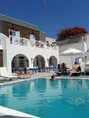 Poseidon Beach Hotel: Piscina e facciata dell'hotel