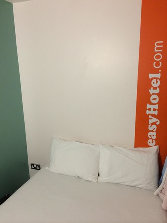 easyHotel Glasgow City: Double bed with a window