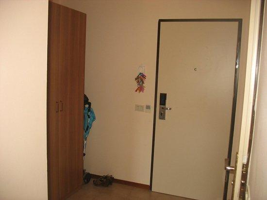 Lastochka Hotel: это коридо в полулюксе. 2 вместительных шкафа, зеркало в полный рост.