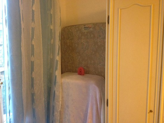 Mearini : Due materassi buttati in camera