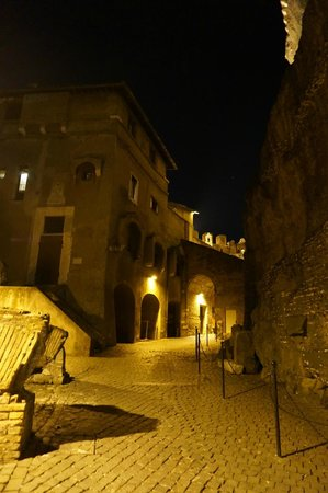 Castillo de Sant'Angelo: Romantic and spooky atmosphere at night walking almost alone through Castel Sant'Angelo